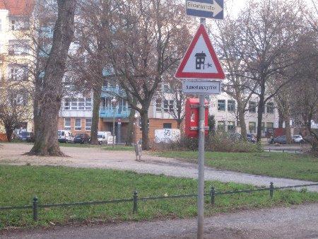 Vorsicht Aufwertungsgebiet - Warnschilder Gentrifizierung