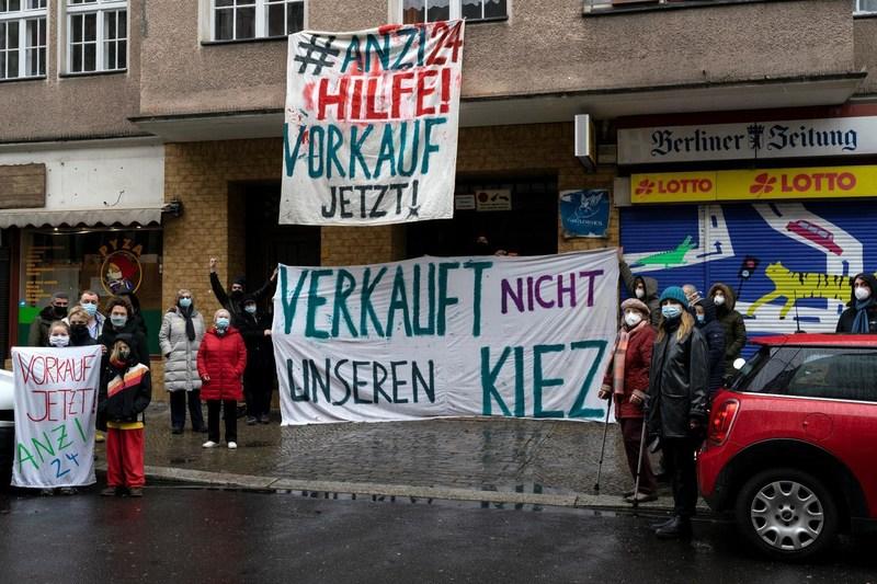 Protest vor dem Haus Anzengruberstraße 24 in Neukölln
